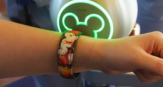 epcot-customized-mickey-mouse-special-magic-band-scan-light-up-green-fb-crop-620x330